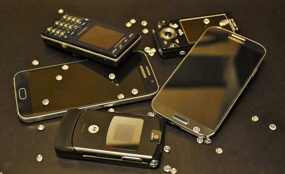 Dumbphones - Smartphones - flip phones - old mobile phone technology